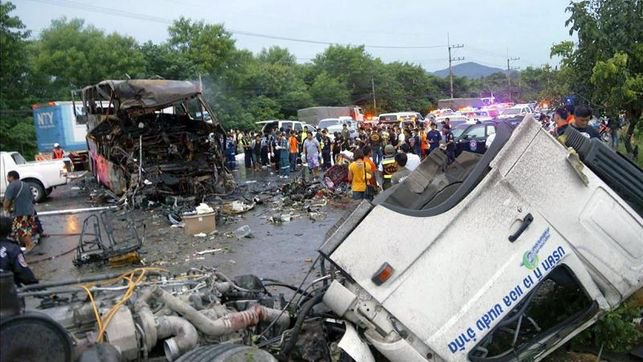 26-07-2013 - Tha�lande - Accident autocar - 15 morts dont 13 enfants dans un accident de car