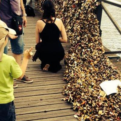 À Paris, la bêtise est cadenassée à l'homme ! L'amour pèse trop lourd visiblement...