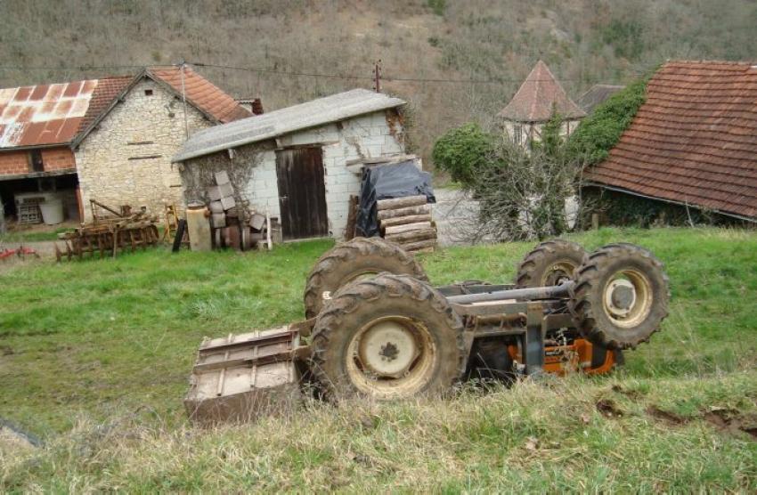 19-02-2014  - Saint-Sozy (46) - Un agriculteur de 76 ans �tait occup� � travailler dans sa prairie pr�s de sa ferme, il effectuait une manoeuvre de marche arri�re lorsque le tracteur s'est retourn� sur lui, Il meurt �cras� par son tracteur.